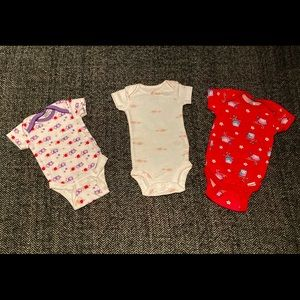 Mixed set of 3 onesies size nb and 0-3m